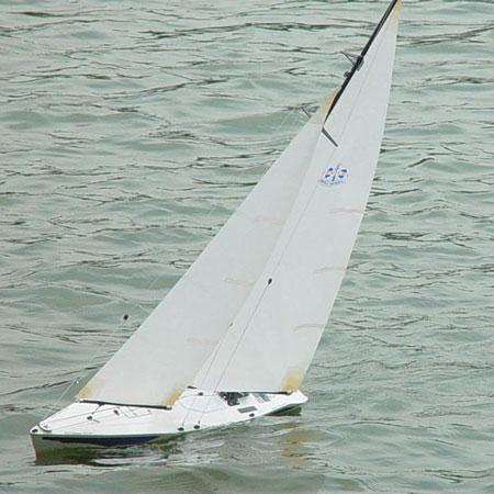 Radiostyrd segelbåt - Beili Century 750 2,4GHz - RTR