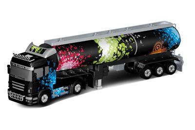 Demo L06 - Radiostyrda arbetsfordon - Lastbil - Svart tankbil - 2 släp - 1:32 - RTR